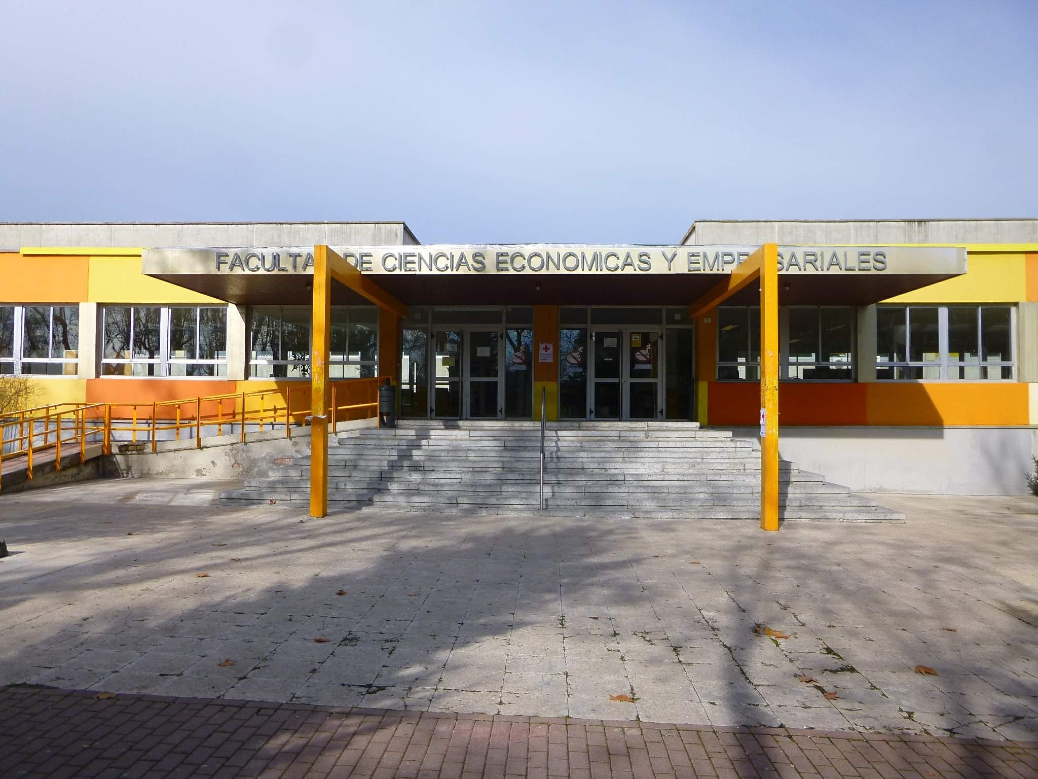 Madrid_-_Campus_de_la_Universidad_Autónoma_de_Madrid_(UAM)-Facultad_de_Ciencias_Económicas_y_Empresariales_1